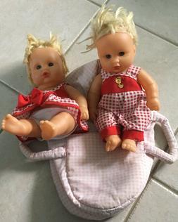 Poupées jumelles dans couffin